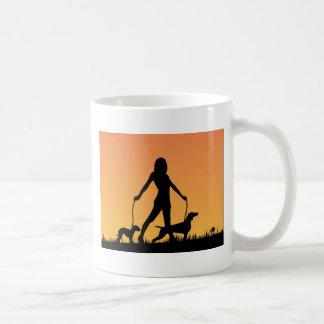 paz que camina del perro en puesta del sol tazas