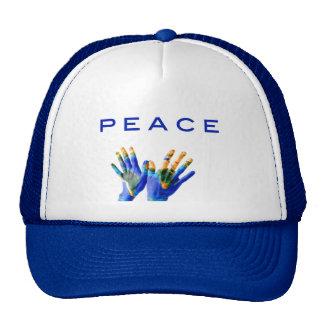 Paz, tierra pintada en las manos por amor curativo gorra