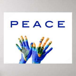 Paz, tierra pintada en las manos por amor curativo póster