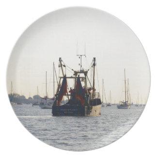 Paz y abundancia del barco de pesca en el amanecer plato para fiesta