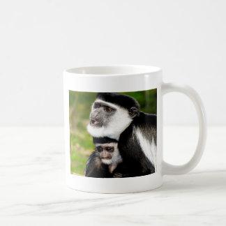 paz y alegría del amor de la mamá del colobus taza de café