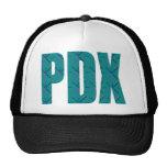 PDX pone letras a la alfombra del aeropuerto de Gorros