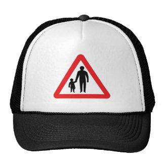 Peatones en camino a continuación, señal de gorra