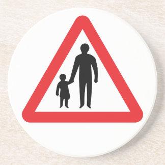 Peatones en camino a continuación, señal de posavasos personalizados