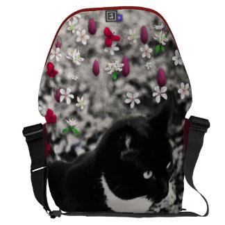 Pecas en flores II - gato blanco negro del gatito Bolsas De Mensajería