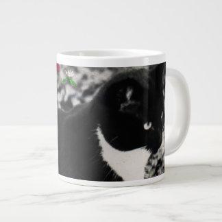 Pecas en flores II - gato blanco y negro de Tux Taza Grande