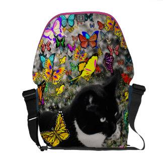 Pecas en las mariposas - negras y el gatito blanco bolsas de mensajería
