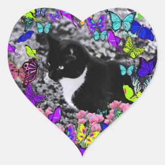 Pecas en mariposas II - gatito blanco negro de Tux Pegatina En Forma De Corazón