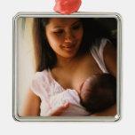Pecho-alimentación de la madre recién nacida adorno para reyes