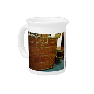Pecho de cajones antiguo jarras de beber