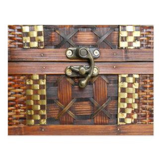 Pecho de madera con el cierre del metal postal
