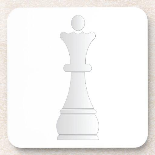 Pedazo de ajedrez blanco de la reina posavasos de bebidas
