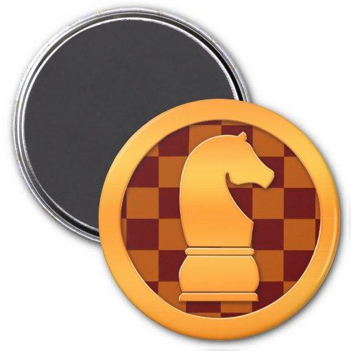 Pedazo de ajedrez del caballero del oro imán redondo 7 cm