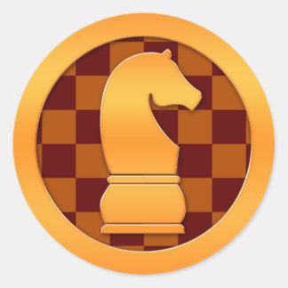 Pedazo de ajedrez del caballero del oro pegatina redonda