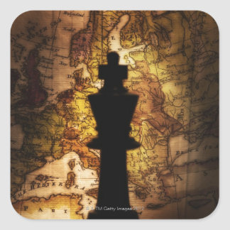 Pedazo de ajedrez del rey en mapa de Viejo Mundo Pegatina Cuadrada