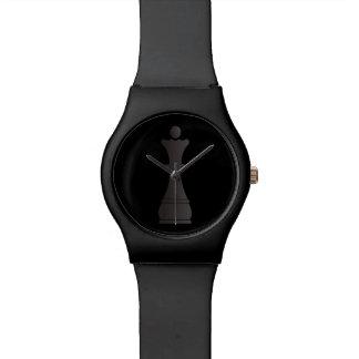 Pedazo de ajedrez negro de la reina reloj de mano