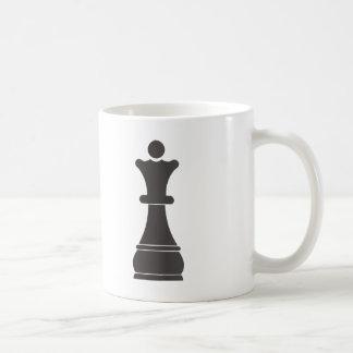 Pedazo de ajedrez negro de la reina taza básica blanca