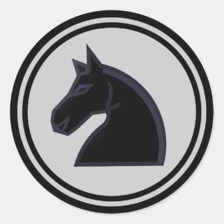 Pedazo de ajedrez negro del caballero del caballo pegatina redonda