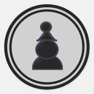 Pedazo de ajedrez negro del empeño pegatina redonda