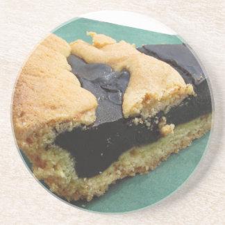 Pedazo de torta de chocolate en servilleta del posavaso para bebida