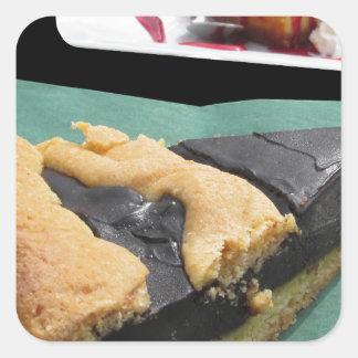 Pedazo de torta de chocolate y de pastel de queso pegatina cuadrada
