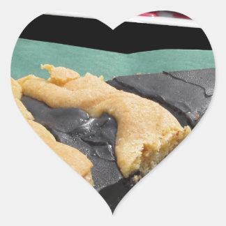 Pedazo de torta de chocolate y de pastel de queso pegatina en forma de corazón