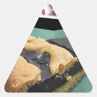 Pedazo de torta de chocolate y de pastel de queso pegatina triangular
