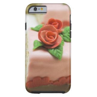 Pedazo de torta de cumpleaños con los rosas del funda para iPhone 6 tough