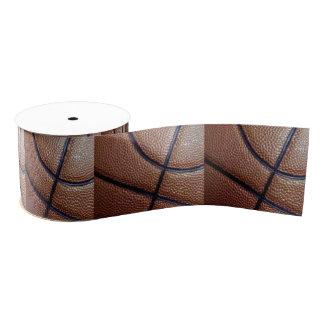Pedazo de un baloncesto con los hoyuelos y las lazo de tela gruesa