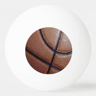 Pedazo de un baloncesto con los hoyuelos y las pelota de tenis de mesa