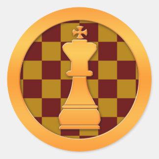 Pedazo del rey ajedrez del oro pegatina redonda