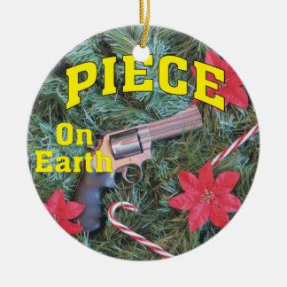 Pedazo en el ornamento del navidad del arma de la adorno navideño redondo de cerámica