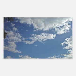 Pedazo formado serviola de cielo entre las nubes rectangular pegatina