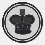 Pedazo negro del rey ajedrez etiqueta redonda