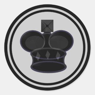 Pedazo negro del rey ajedrez pegatina redonda