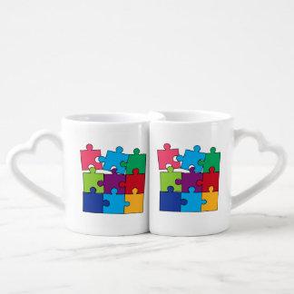 Pedazos coloridos del rompecabezas tazas para parejas