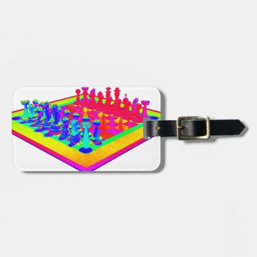 Pedazos coloridos del tablero de ajedrez y de ajed etiquetas de maletas