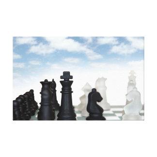 pedazos de ajedrez aislados contra el cielo azul impresión en lona estirada