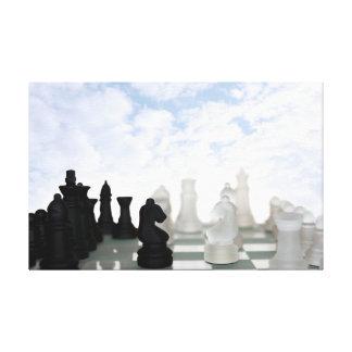 pedazos de ajedrez aislados contra el cielo lona envuelta para galerías