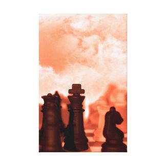 pedazos de ajedrez aislados contra el cielo rojo impresiones de lienzo