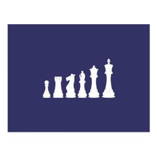 Pedazos de ajedrez alineados postal