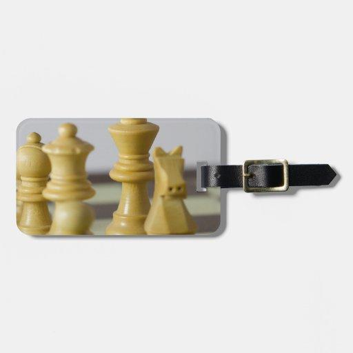Pedazos de ajedrez blancos etiquetas de equipaje