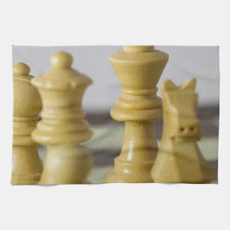 Pedazos de ajedrez blancos toalla de cocina