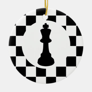 Pedazos de ajedrez del rey y de la reina - adorno navideño redondo de cerámica