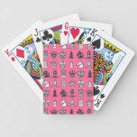 Pedazos de ajedrez en naipes rosados de las filas cartas de juego