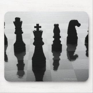 Pedazos de ajedrez en tablero de ajedrez en blanco alfombrilla de ratón