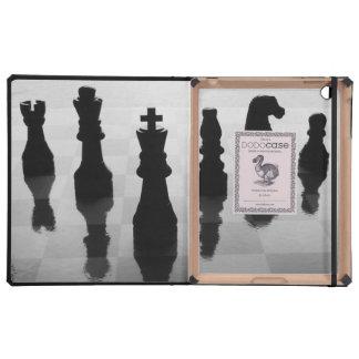 Pedazos de ajedrez en tablero de ajedrez en blanco iPad coberturas