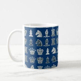 Pedazos de ajedrez en taza del azul de las filas