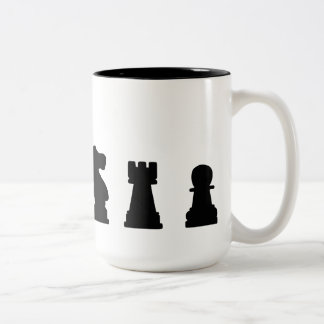 Pedazos de ajedrez negros en blanco taza