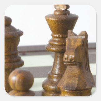 Pedazos de ajedrez negros pegatina cuadrada